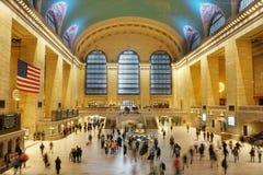 povos Movimento-borrados que movem-se através do Grand Central Station fotos de stock