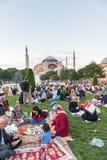 Povos muçulmanos que são espera de jejum para o adhan & x28; ezan& x29; Imagem de Stock Royalty Free