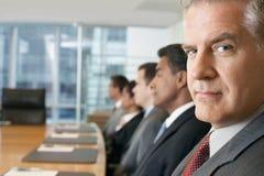 Povos multi-étnicos na fileira na reunião de negócios foto de stock