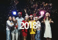 Povos multi-étnicos novos com números de madeira 2018 Foto de Stock