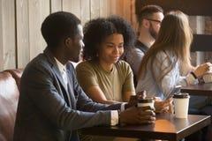 Povos multirraciais que apreciam o café para ir durante a ruptura no café fotografia de stock royalty free