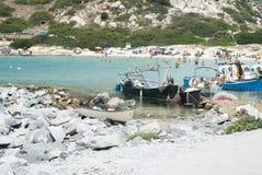 Povos não identificados na praia com o mar de cristal azul, barcos SU Fotografia de Stock Royalty Free
