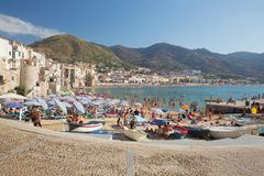 Povos não identificados no Sandy Beach em Cefalu, Sicília, Itália Fotos de Stock