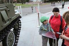 Povos não identificados que olham veículos militares Tunguska Imagens de Stock Royalty Free