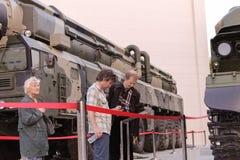 Povos não identificados que olham veículos militares Tunguska, S-300 Imagens de Stock Royalty Free