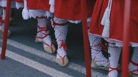 Povos não identificados que participam em procissões da Semana Santa vídeos de arquivo