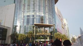 Povos n?o identificados que andam e que compram em Siam Paragon Mall vídeos de arquivo