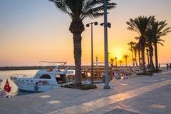 Povos na área do porto da cidade lateral no por do sol, Turquia fotos de stock