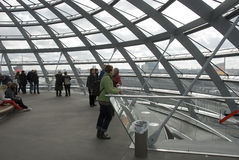 A cúpula sobre a construção de Reichstag em Berlim fotos de stock royalty free