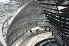 A cúpula sobre a construção de Reichstag em Berlim foto de stock royalty free