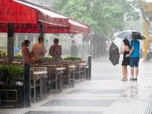 Povos na chuva pesada no centro de cidade de Buenos Aires, Argentina imagens de stock