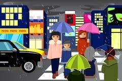 Povos na cidade que andam durante a chuva Imagens de Stock Royalty Free