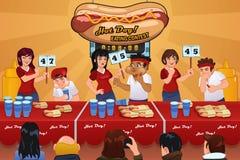 Povos na competição comer do hotdog Fotografia de Stock