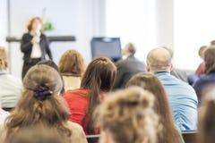Povos na conferência que escutam o conferente Vista traseira Fotografia de Stock Royalty Free