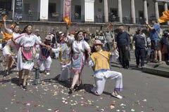 Povos na dança equatoriano tradicional dos vestidos Imagem de Stock
