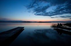 Povos na doca de madeira no lago alemão Foto de Stock Royalty Free