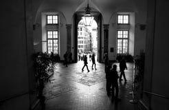 Povos na entrada ao palácio ducal de Genoa fotografia de stock royalty free