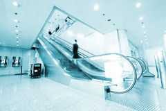 Povos na escada rolante do aeroporto imagem de stock