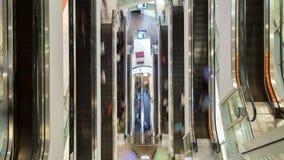 Povos na escada rolante movente rápida na opinião do tempo-lapso do shopping de cima de filme