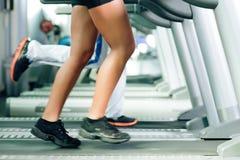 Povos na escada rolante no corredor da ginástica Imagens de Stock