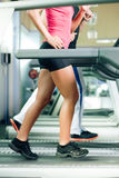 Povos na escada rolante no corredor da ginástica Imagem de Stock Royalty Free