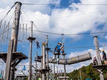 Povos na escalada do parque da corda Fotografia de Stock