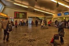 Povos na estação de ônibus que espera a partida Fotos de Stock