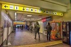 Povos na estação de ônibus que espera a partida Imagem de Stock