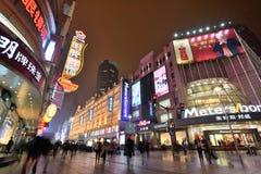 Povos na estrada de Nanjing, Shanghai Imagens de Stock