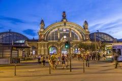 Povos na frente da estação central railway de Deutsche Bahn Foto de Stock