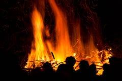 Povos na frente de um fogo foto de stock