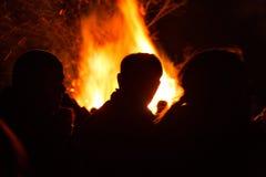 Povos na frente de um fogo fotografia de stock royalty free