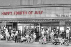 Povos na frente do cinema hist?rico em Abilene do centro, Texas fotografia de stock royalty free
