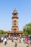 Povos na frente do Clocktower no mercado de Sadar em Jodhpur, Rajasthan, Índia Imagem de Stock Royalty Free