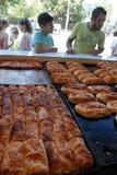 """Povos na frente do fast food de espera da compra da padaria †em Sófia, Bulgária """"4 de setembro de 2015 Fast food, pastelaria, p Imagens de Stock"""