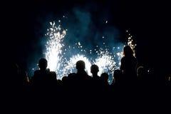 Povos na frente do fogos-de-artifício fotografia de stock