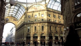 Povos na galeria de Vittorio Emanuele da galeria vídeos de arquivo