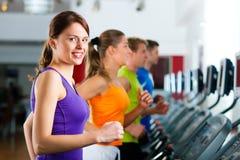 Povos na ginástica no corredor da escada rolante foto de stock