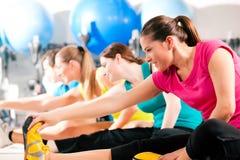 Povos na ginástica que aquecem o esticão Imagens de Stock Royalty Free