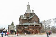 Povos na igreja de madeira Fotos de Stock