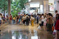 Povos na linha para um táxi em Singapura. Fotos de Stock Royalty Free
