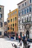 Povos na margem Fondamenta Preti Castello Imagens de Stock