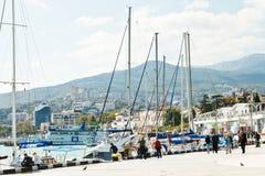 Povos na margem na cidade de Yalta em setembro Fotos de Stock Royalty Free