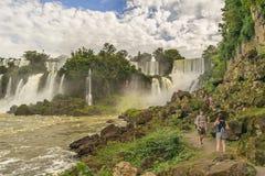 Povos na paisagem das cachoeiras do parque de Iguazu Fotos de Stock Royalty Free