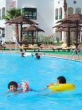 Povos na piscina Fotos de Stock