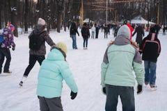 Povos na pista de patinagem no parque Imagens de Stock