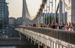 Povos na ponte de Krymsky fotos de stock