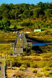 Povos na ponte de madeira, córrego da água, curso o Algarve, Europa sul Foto de Stock Royalty Free