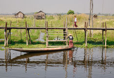 Povos na ponte de madeira no lago Inle, Myanmar Foto de Stock