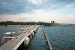 Povos na ponte de Marina Barrage imagens de stock